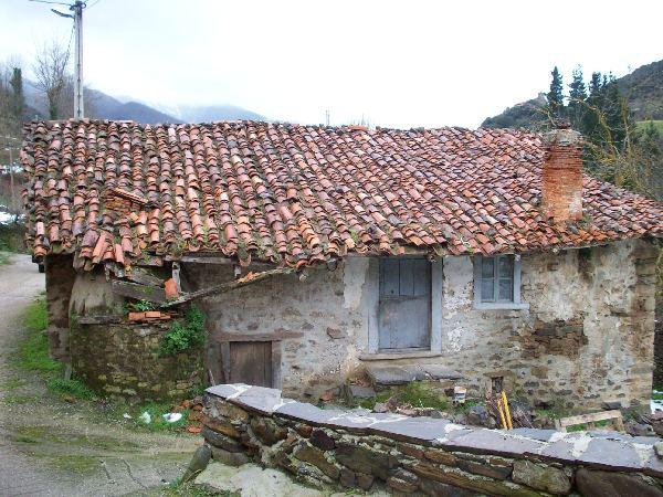Casa de piedra independiente con jard n de unos 350m2 for Casa jardin cantabria