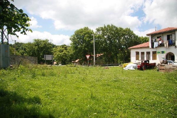 Terreno urbano de 400 m2 en castillo pedroso cantabria for Chalets en la finca