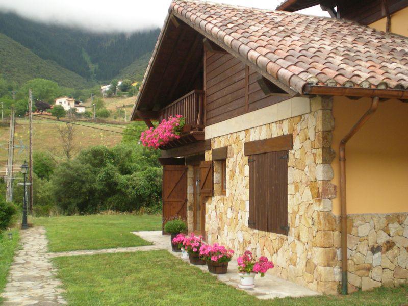 Preciosa casa rustica adosada y haciendo esquina en - Casa rustica cantabria ...